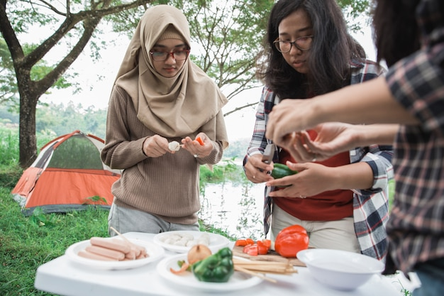 Preparando comida com espetos durante o passeio
