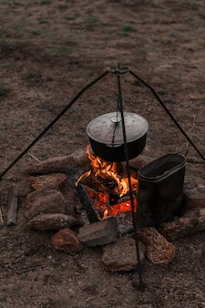 Preparando comida na fogueira