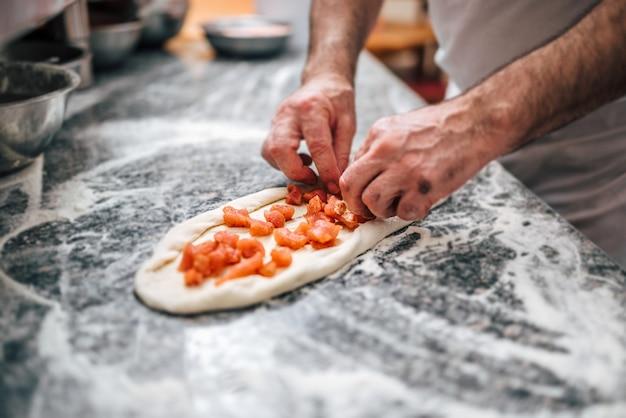 Preparando deliciosa pizza macedônia. torta de carne especialidade macedônia pastrmajlija.