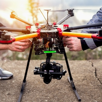 Preparando drone para levar. fotografia do zangão.