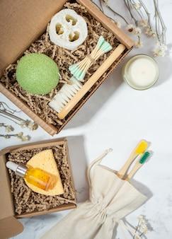 Preparando embalagem de autocuidado, caixa de presente com conjunto de cosméticos sem desperdício zero de plástico. cesta de presente ecológica artesanal. cesta personalizada para família e amigos nas férias. copie o espaço
