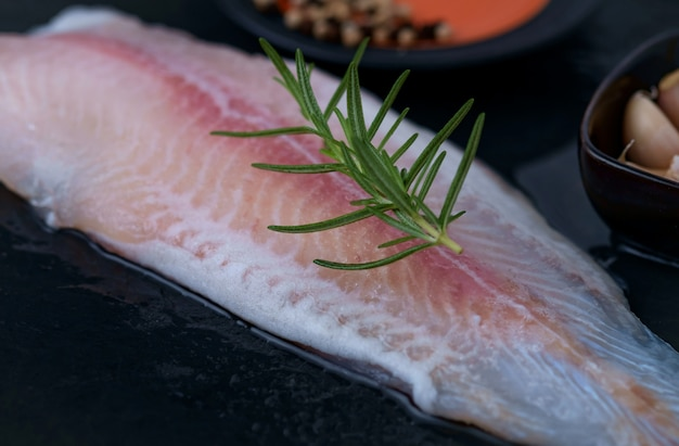 Preparando filé de peixe