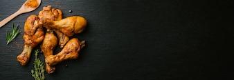 Preparando frango assado cru para cozinhar
