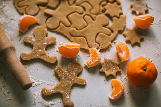 Preparando massa para assar cookies de gengibre