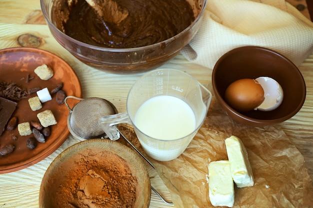 Preparando massa para torta de chocolate na mesa de perto