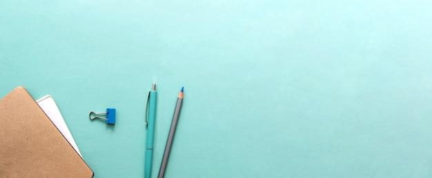 Preparando o aluno para os exames no ano letivo conceito leigo plano com mesa azul, vista de cima ...