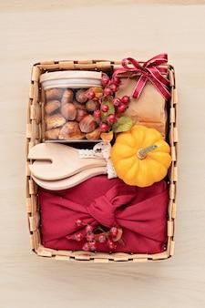 Preparando o pacote de cuidados para o dia de ação de graças, caixa de presente sasonal com utensílios de cozinha
