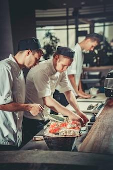 Preparando o sushi definido na cozinha do restaurante