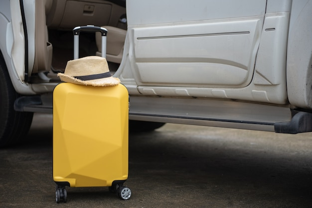Preparando ou verifique seu carro antes de um conceito de viagens por estrada