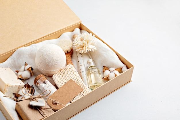 Preparando pacote de autocuidado e caixa de presente sazonal com zero resíduos de produtos cosméticos