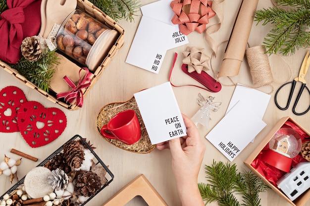 Preparando pacote de cuidados e caixa de presente sazonal com utensílios de cozinha, caixa de furoshiki e biscoitos