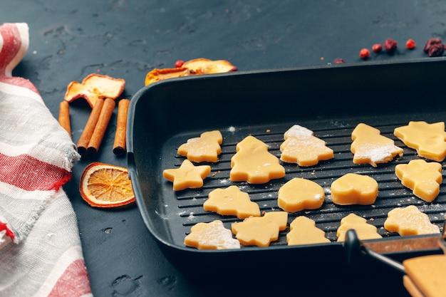 Preparando para o natal. assar biscoitos de férias close-up