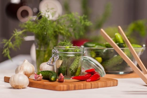 Preparando pepinos azedos na cozinha
