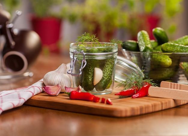 Preparando pepinos em conserva na cozinha