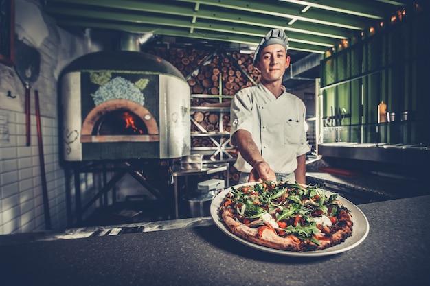 Preparando pizza italiana tradicional