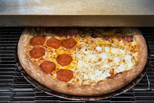 Preparando pizza no forno