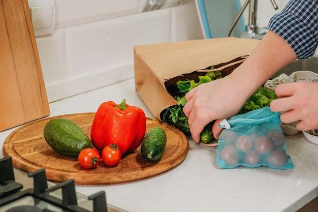 Preparando refeições saudáveis em casa, cozinha, saúde, mudanças conscientes, dieta de desintoxicação de perda de peso, ano novo