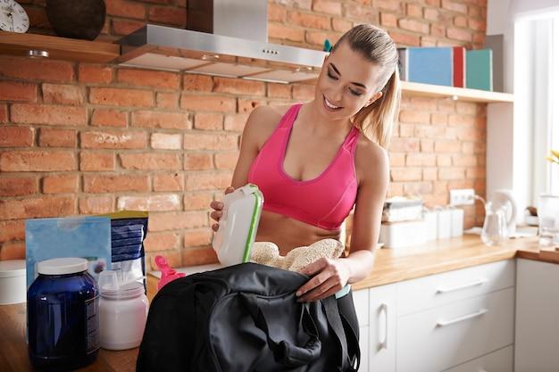 Preparando sacola de ginástica em casa