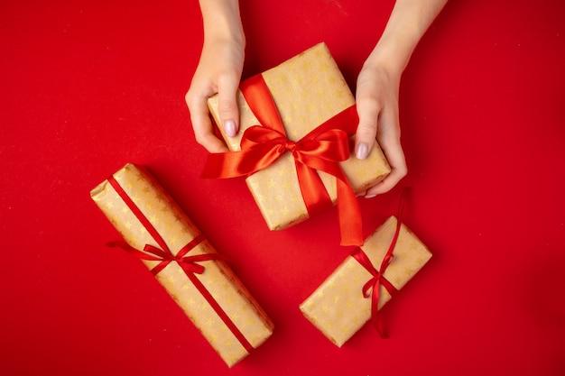 Preparando-se para as férias de natal, mulher com um presente nas mãos