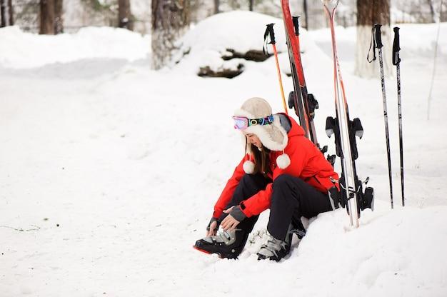 Preparando-se para esquiar amarrando as botas