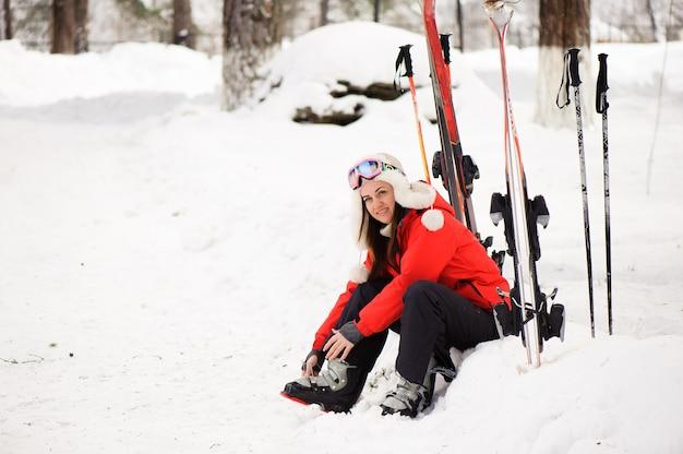 Preparando-se para esquiar, amarrando as botas.