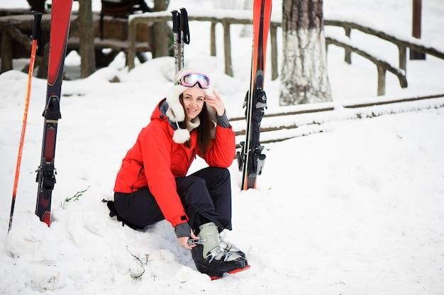 Preparando-se para esquiar, apertando as botas.