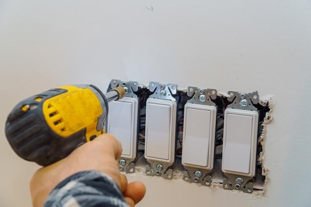 Preparando-se para instalar uma tomada elétrica, verificando a fixação dos parafusos