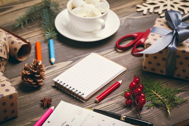 Preparando-se para o natal, embrulhando presentes e fazendo decorações