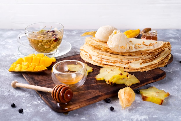 Preparando-se para panquecas com chá e mel