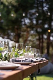 Preparando-se para uma festa ao ar livre. mesas decoradas aguardam os hóspedes. detalhes da decoração