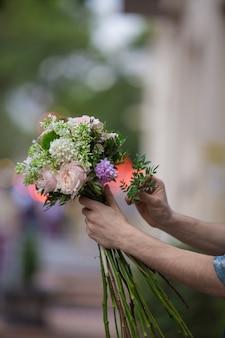 Preparando um buquê de flores misturadas em uma vista de rua
