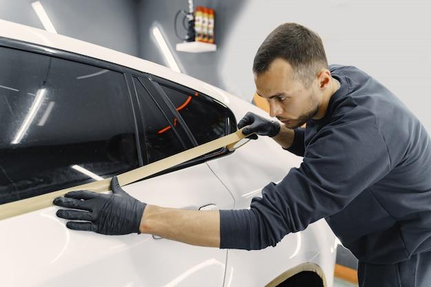 Preparando um carro antes de pintar com spray