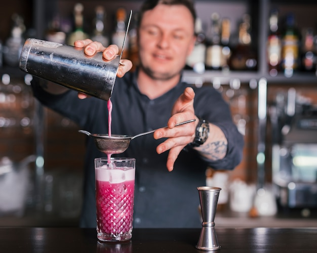 Preparando um coquetel refrescante em um bar