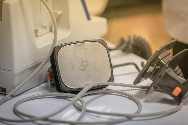 Preparando um desfibrilador para ser usado em um paciente com parada cardíaca
