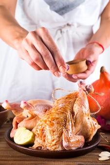 Preparando um frango para o forno
