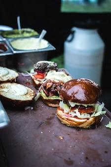 Preparando um hambúrguer de comida de rua