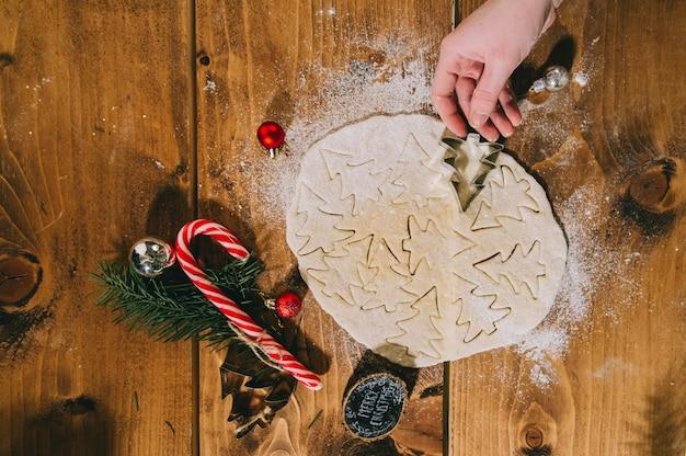 Preparar biscoitos de natal em um fundo de madeira, flatlay, vista superior, filtro retro aplicado