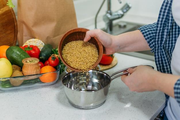 Preparar refeições saudáveis na cozinha de casa. mudanças preocupadas com a saúde, perda de peso, desintoxicação, dieta, resoluções de ano novo entram em ação.