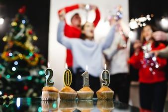 Preparativos de Natal e Ano Novo. Companhia de jovens atraentes felizes comemoram