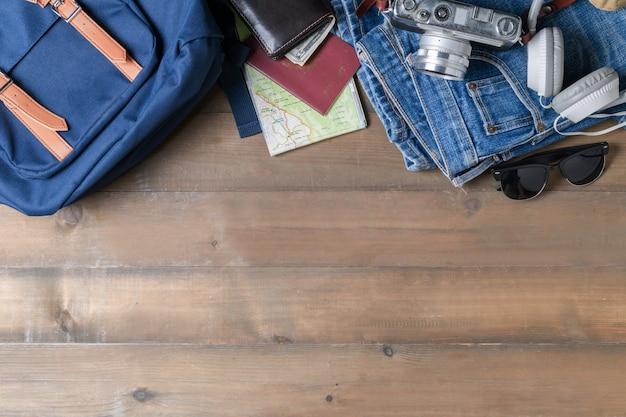 Prepare acessórios de mochila e itens de viagem em madeira