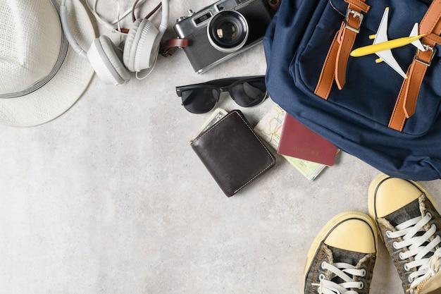 Prepare acessórios de mochila e itens de viagem em mármore