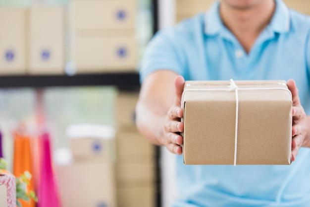 Prepare caixas de mercadorias de negócios de base.
