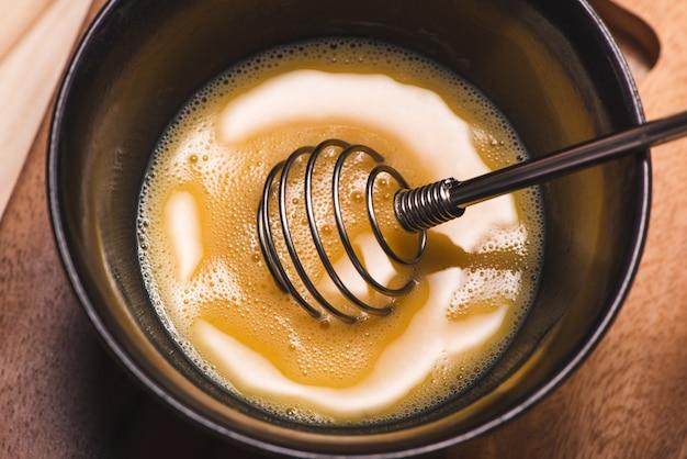 Prepare o café da manhã com ovos. ovos batidos na mesa de madeira.