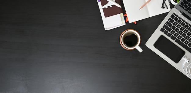 Prepare o material do curso dos acessórios, vista superior na tabela preta com espaço da cópia.