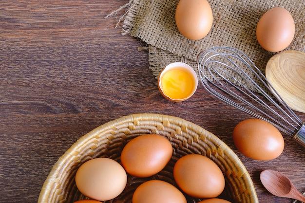Prepare ovos crus para cozinhar.