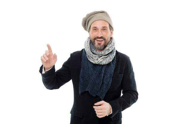 Prepare-se para dias gelados. modelo de moda maduro gosta de clima frio. homem barbudo que adere a roupa com lenço. guarda-roupa de inverno para homem elegante. roupa de inverno. me sentindo aconchegante. o inverno está chegando.