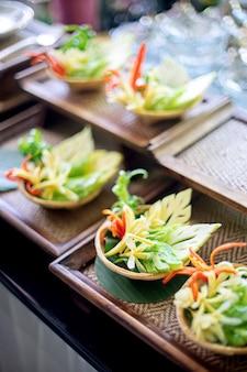 Prepare-se para o conjunto de mesa, escultura de comida vegetal.