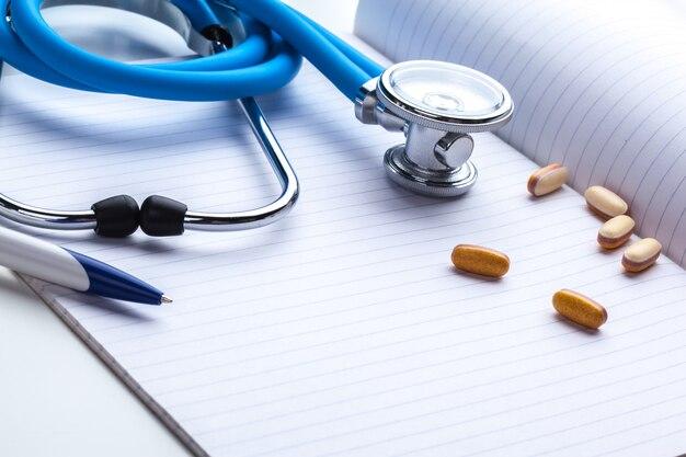 Prescrição vazia deitado na mesa com estetoscópio