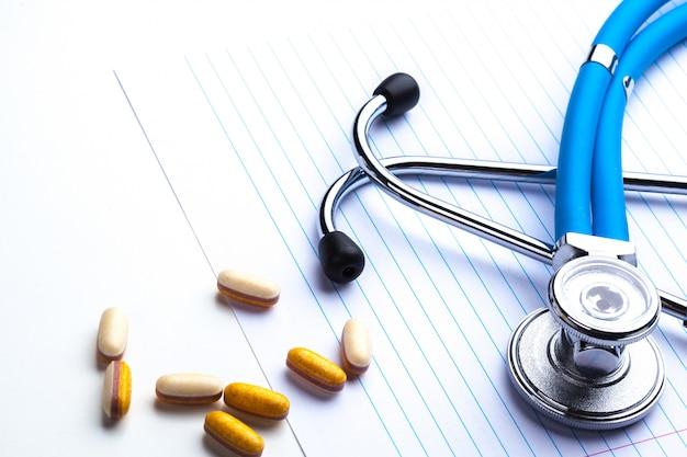 Prescrição vazia, deitado na mesa com estetoscópio