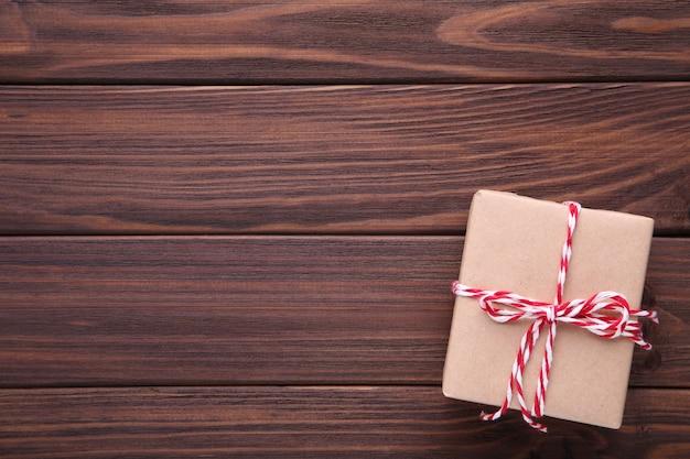 Presente apresenta a caixa em um fundo marrom.